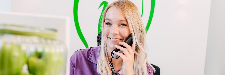 Kieferorthopädin Bonn - Gröne - Mitarbeiterin am Telefon